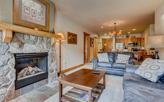 Premier Red Hawk Lodge 2 Br~Walk to Slopes~Kids Ski Free