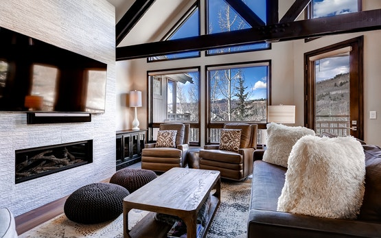 Ski-in 3 Br Townhome adjacent to Pines Lodge. Sleeps 10!